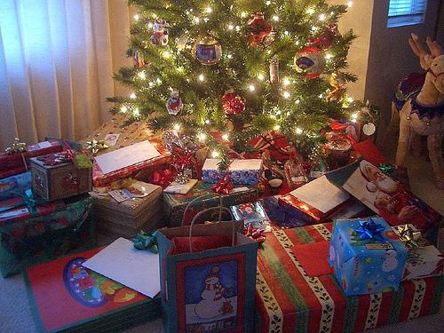 Los espa oles gastaremos en navidad 175 menos que el - Arbol de navidad con regalos ...