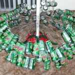 Un árbol con latas de refresco 5
