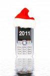 Telefono-celular-movil-con-un-sombrero-de-navidad-roja-sobre-fondo-blanco---metales--tecnologia-323206