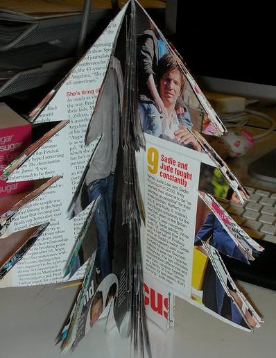 Paso 5 hacer un arbol de navidad con una revista