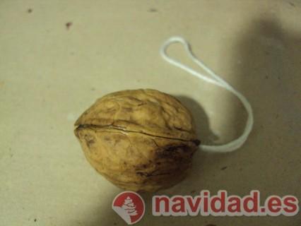 Adornos navideños hechos con cáscara de nueces 18
