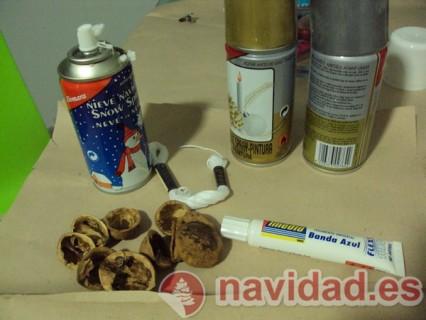 Adornos navideños hechos con cáscara de nueces 16