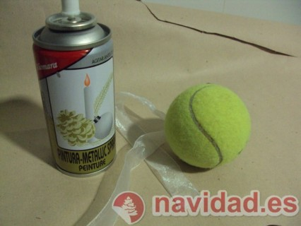 Adorno navideño hecho con pelota de tenis 6