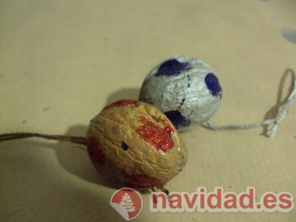 Adornos navideños hechos con cáscara de nueces 15