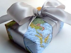 regalo envuelto con un mapa