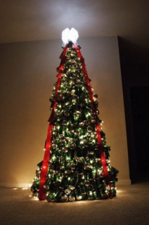 arbol de navidad creado con latas