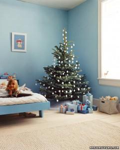 árbol de navidad con bolas blancas