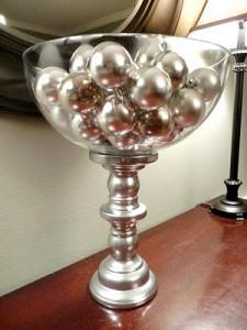 recipiente con bolas de navidad