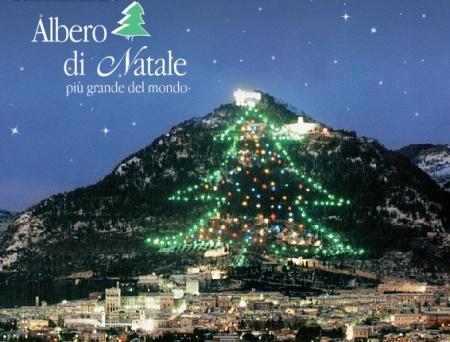 arbol navideño de gubbio italia