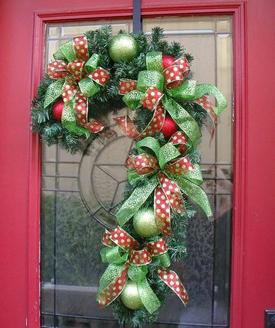 Decorar la puerta con bastón navideño 3