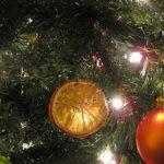 Decorar el árbol con naranja seca 1