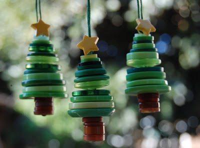 arbol de navidad hecho de botones