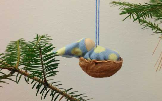adorno navideño hecho con una nuez