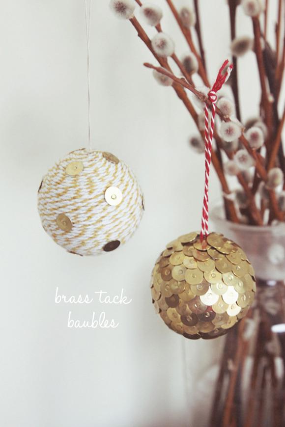 bolas navideñas con chinchetas