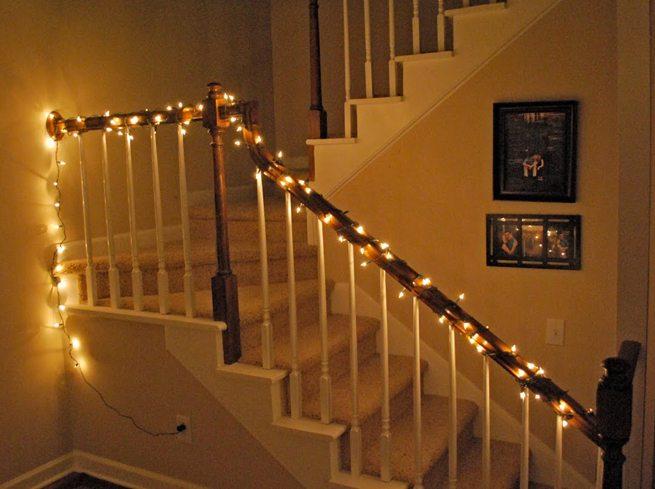 decorar escaleras en Navidad 4 - luces en la escalera