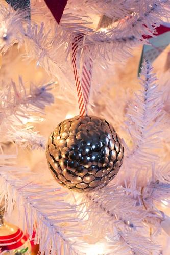 esferas navideñas con tachuelas