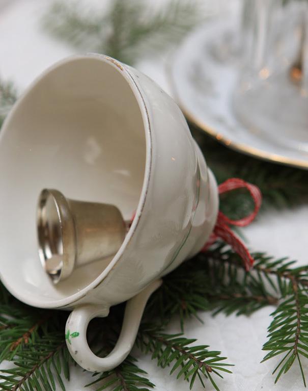 Ideas para decorar en Navidad taza con campanilla