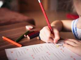 niña escribiendo un poema en Navidad