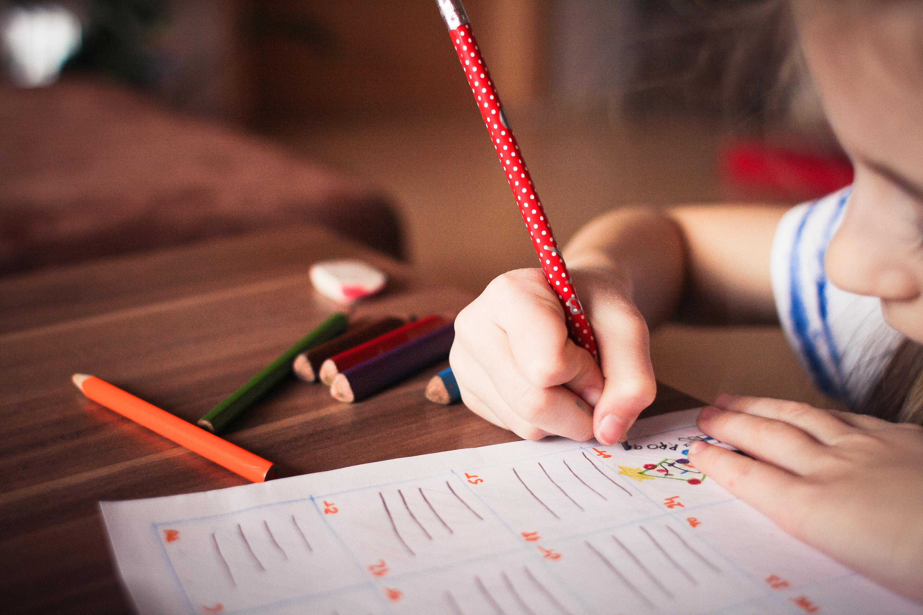 niña escribiendo un poema en Navidad - poemas navideños