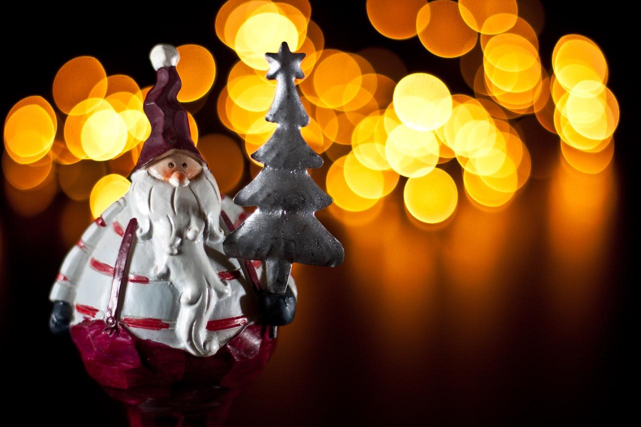 Papá Noél con un árbol de Navidad en la mano