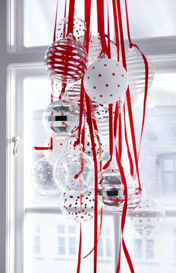 decorar con bolas de Navidad Bolas en ventana