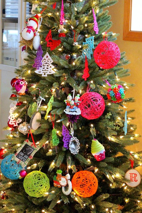 decorar con bolas de Navidad arbol con bolas lana