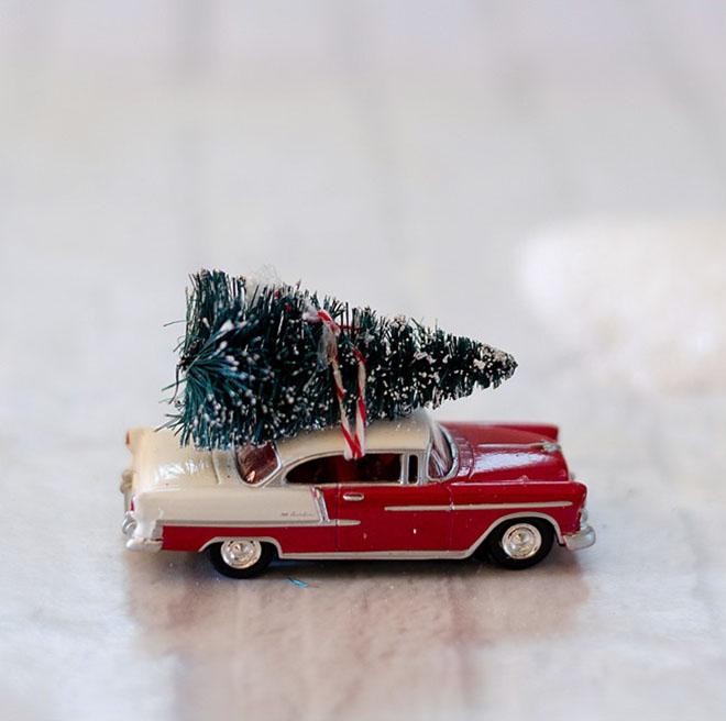 decorar con bolas de Navidad bola vintage coche
