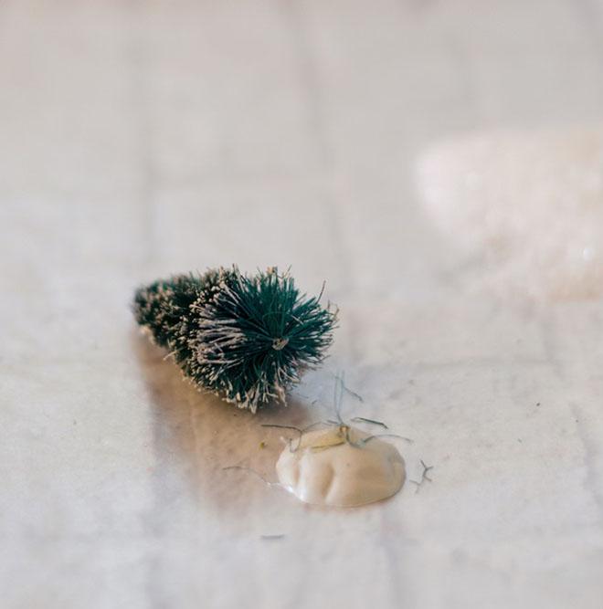 decorar con bolas de Navidad bola vintage pegando arbol