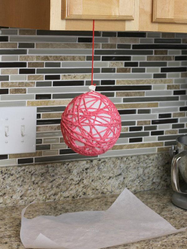 decorar con bolas de Navidad bolas lana secado