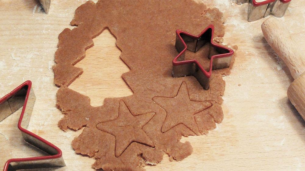 hacer galletas de Navidad galletas cortadas