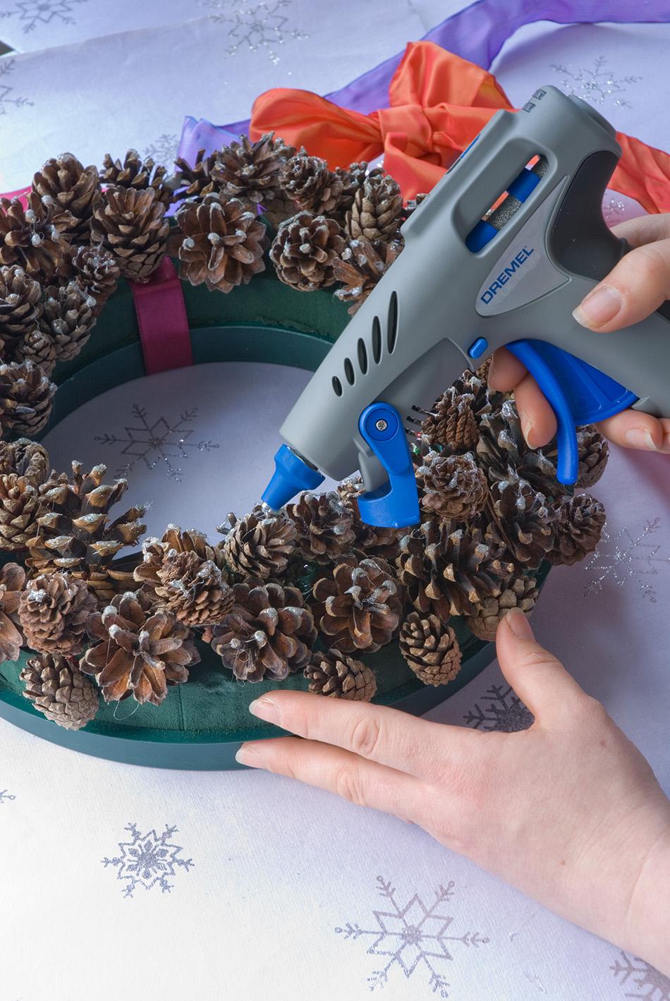 coronas de Navidad corona pinas paso 3