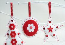 adornos navideños en fieltro en blanco y rojo
