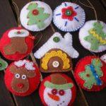 adornos navideños en fieltro en varios colores