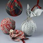 bolas de Navidad en patchwork atadas