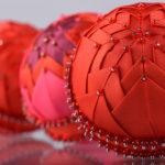 bolas de Navidad en patchwork rojas