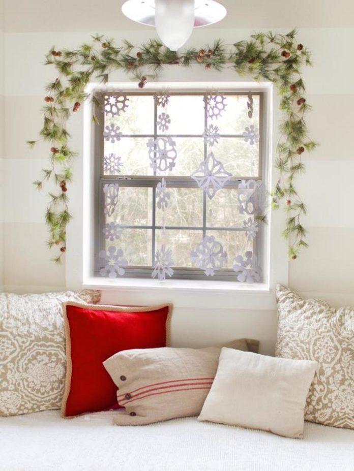 decoración de Navidad casera en las ventanas