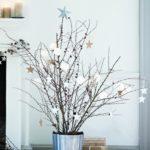 decoración de Navidad casera con ramas