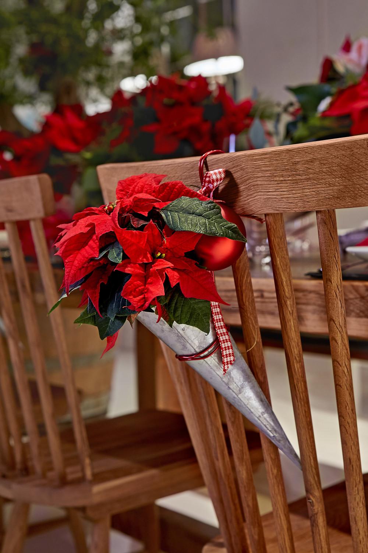 arreglos de flores para Navidad con conos metálicos