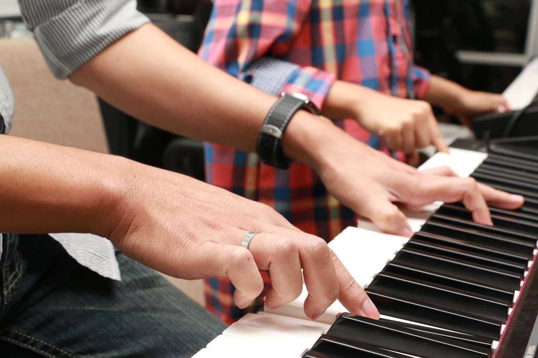 tristeza postnavideña tocar el piano