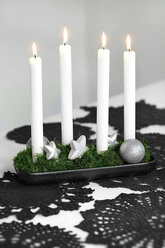 Centros de mesa con musgo y velas blancas
