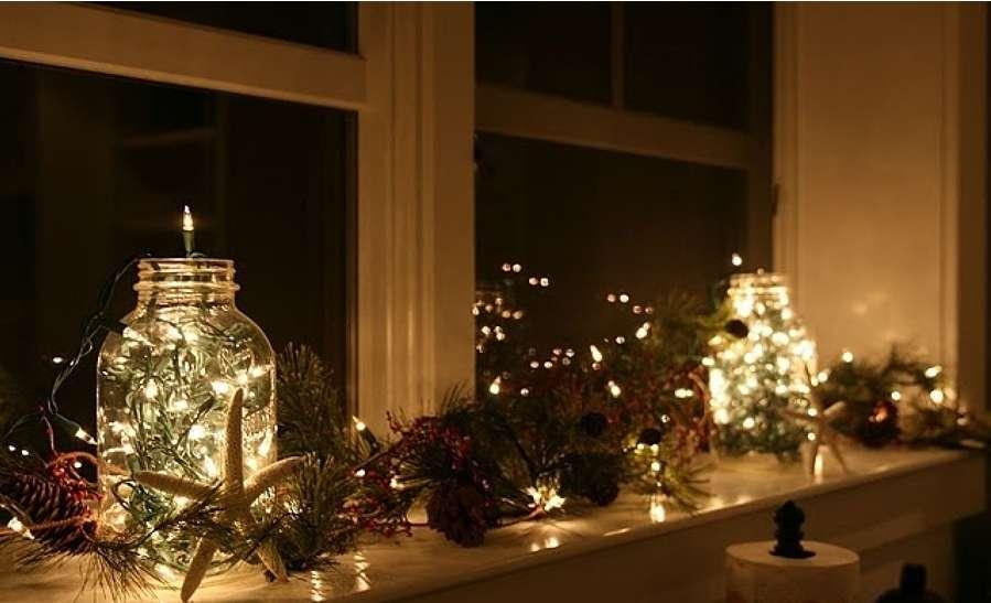 Luces de Navidad cerca de las ventanas