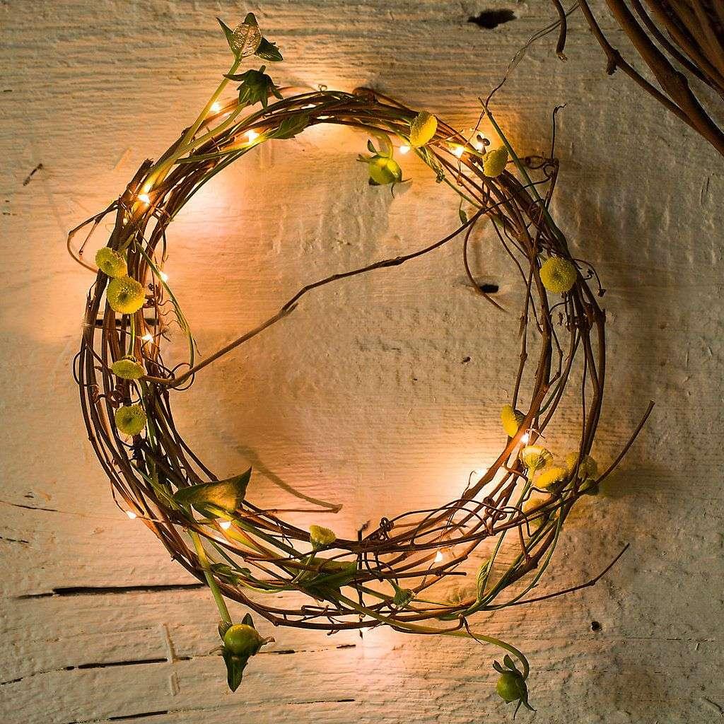 decoración de Navidad con ramas y luces