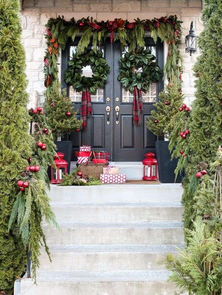jardines navideños con adornos rojos