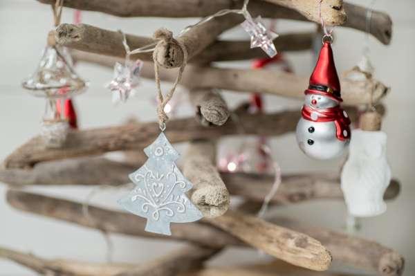Árbol de Navidad con madera natural