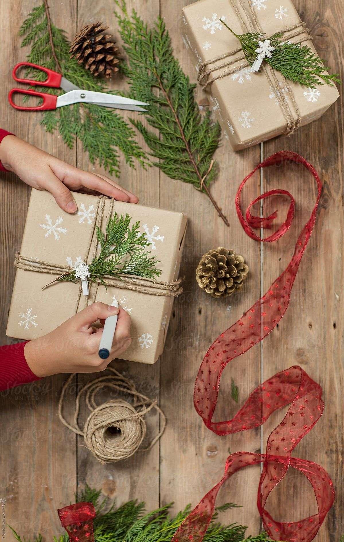 envolver regalos con lazos rojos