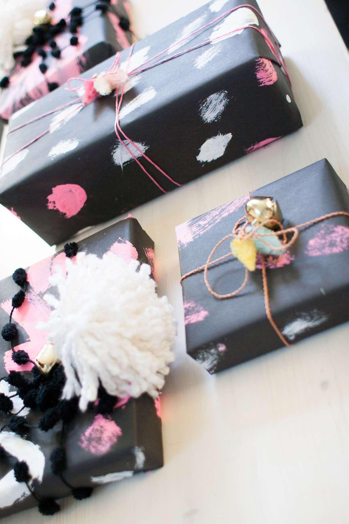 envolver regalos con papel negro
