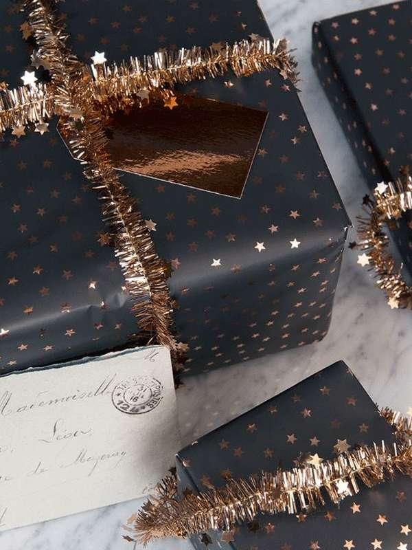 envolver regalos con acabados brillantes